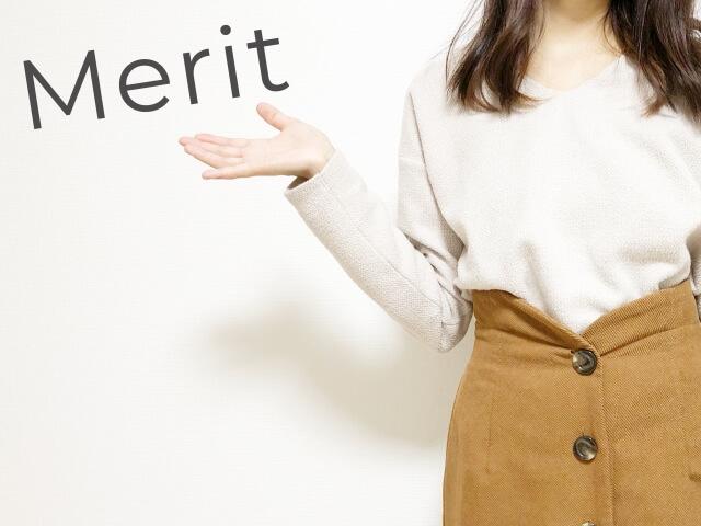 メリットを紹介する女性