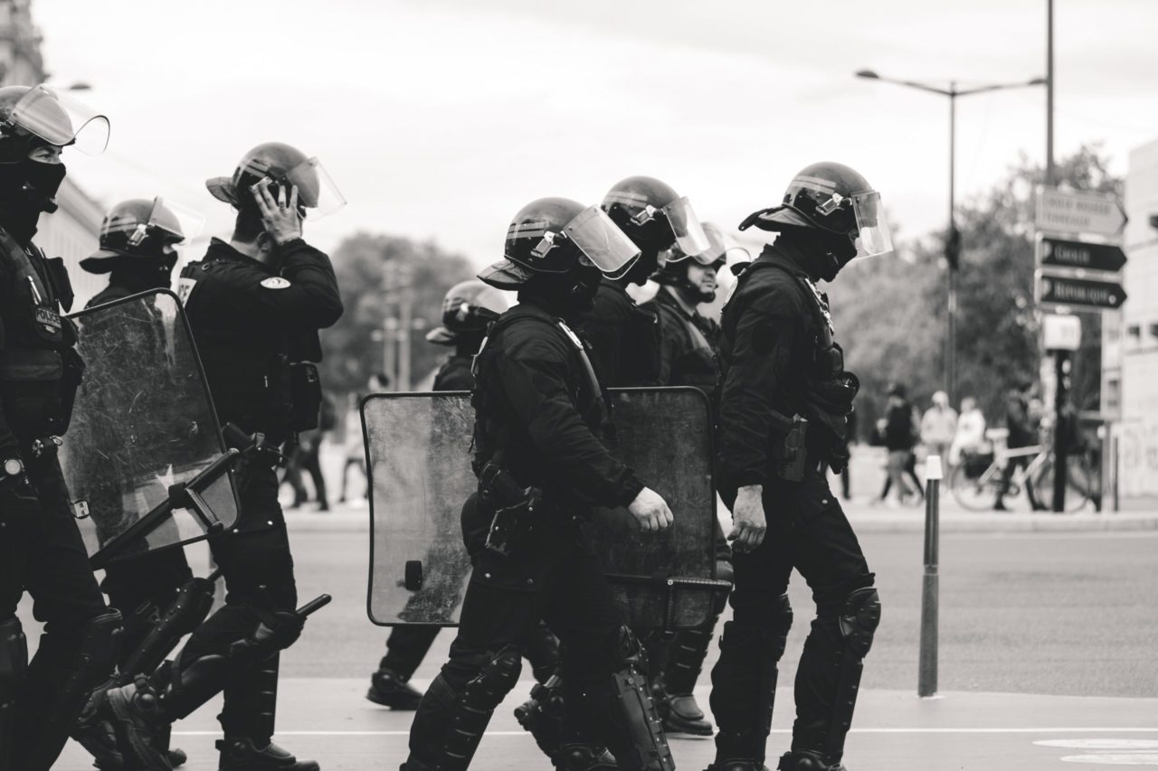 歩く警察官